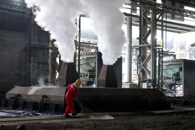 Trabajador en una fábrica de acero en Huaian