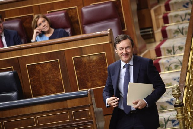 Cospedal y Rafael Hernando durante el pleno en el Congreso