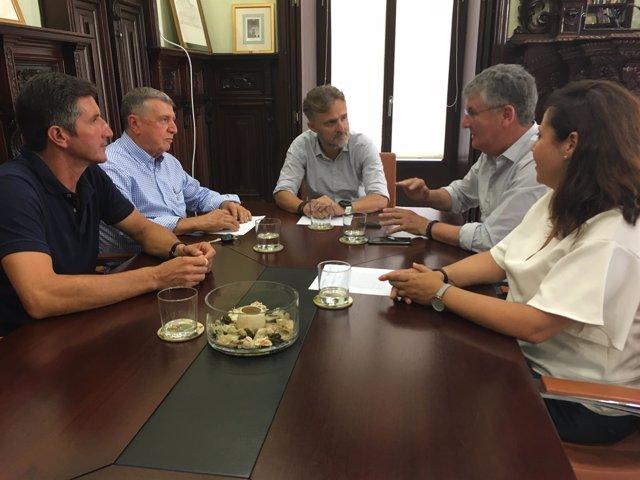 Reunión entre el consejero y representantes de la Plataforma