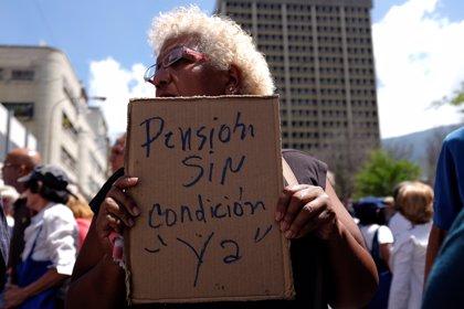 Jubilados venezolanos salen a las calles de Caracas para exigir el pago de sus pensiones