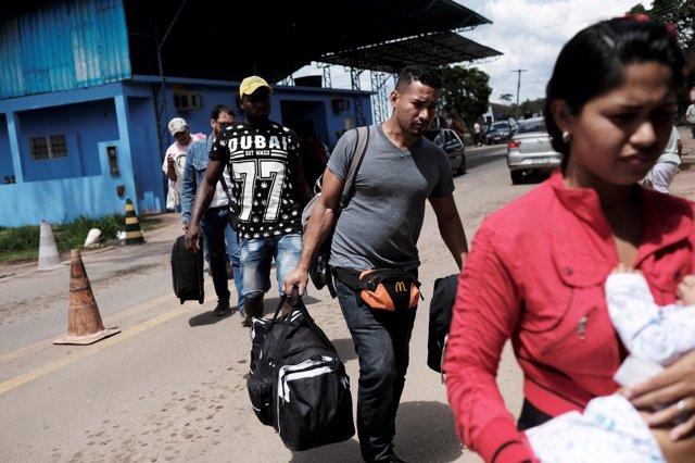 Migrantes venezolanos cruzando la frontera de Roraima
