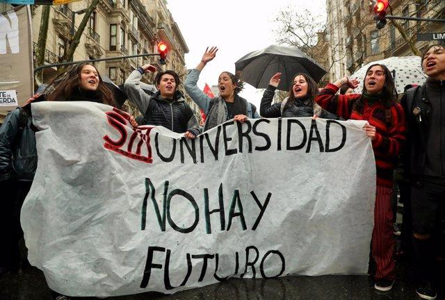 Miles de argentinos se manifiestan contra el ajuste en universidades públicas