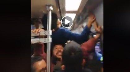 Graban cómo un joven viaja en el metro de Ciudad de México subido, literalmente, en las cabezas del resto de pasajeros