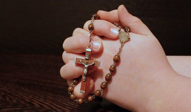 Un religioso con un rosario