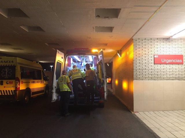 Ambulancia del Samur traslada al herido al hospital