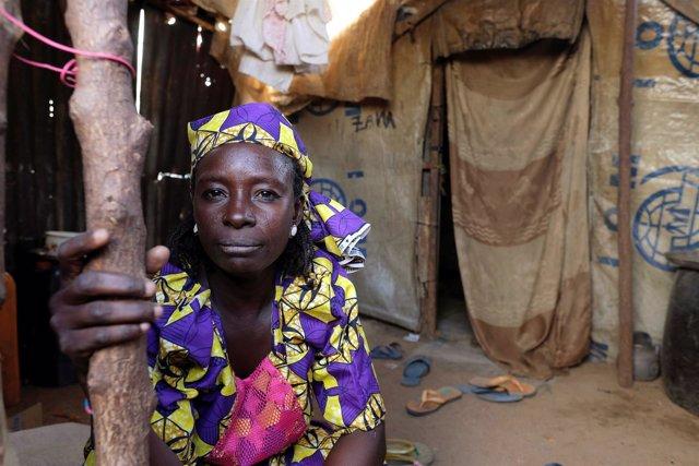 Mujer desplazada en Nigeria