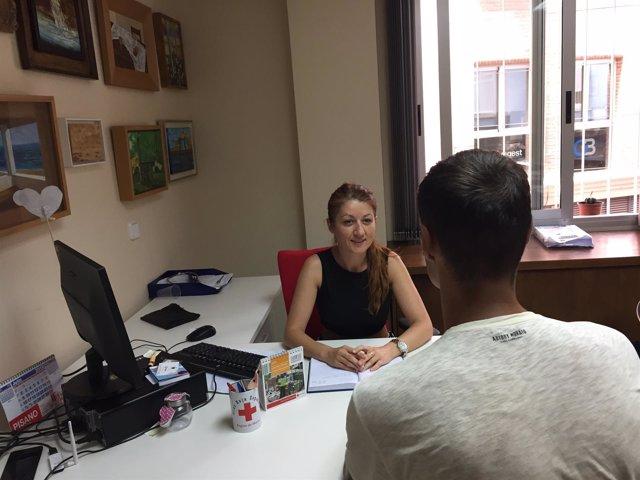 Sergii, atendido por una trabajadora social de Cruz Roja