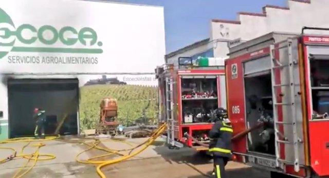Bomberos trabajan en la extinción del fuego