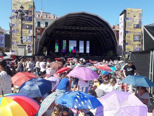 Jóvenes esperan en la Plaza Mayor para el concierto de OT, 1-9-18