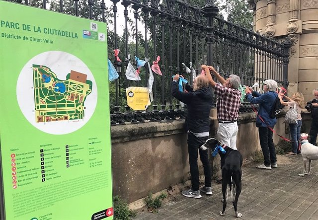 'Uno De Los Nuestros' Coloca Lazos De Colores En El Parc De La Ciutadella