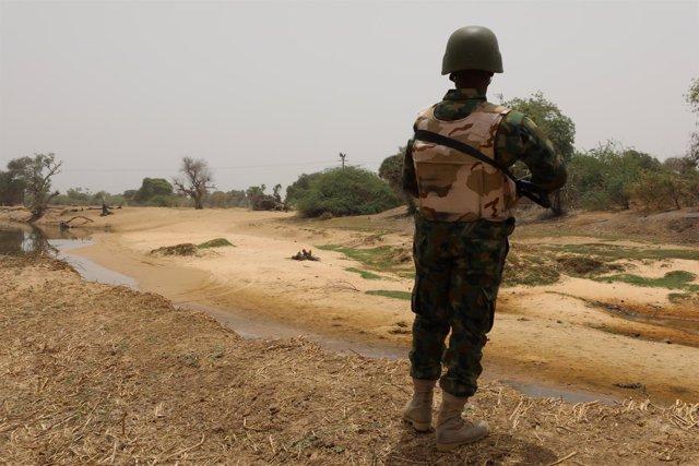 Un soldado nigeriano vigila la frontera con Níger en Damasak, Borno (Nigeria)