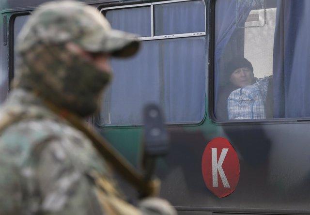 Un militar vigila un intercambio de prisioneros en Donestk