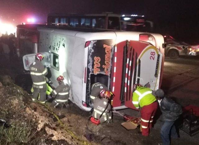 Bomberos de Cuenca (Ecuador) examinan autobús siniestrado