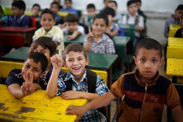 Refugiados palestinos van a clase en Amán