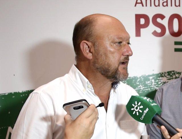 Antonio Pradas (PSOE-A) atiende a los medios en Sevilla
