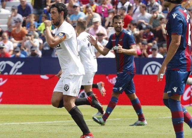 Dani Parejo, mediapunta del Valencia CF, celebra un gol ante el Levante UD