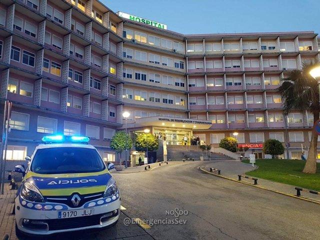 Coche de Policía Local en un centro hospitalario