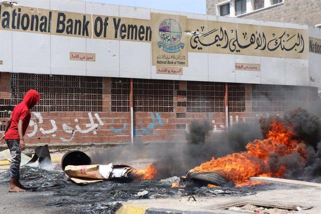 Protestas frente a la sede del Banco Nacional de Yemen en Adén