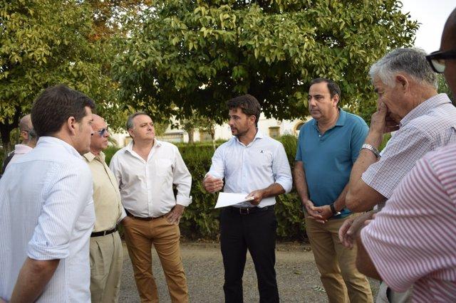 Visita de Beltrán Pérez (PP) a la barriada de Pineda de Sevilla
