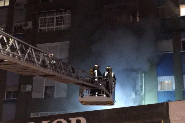 Bomberos trabajando en un incendio en Málaga capital