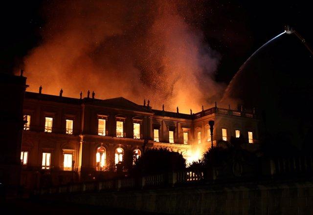 Los bomberos tratan de sofocar el incendio del Museo Nacional de Brasil.