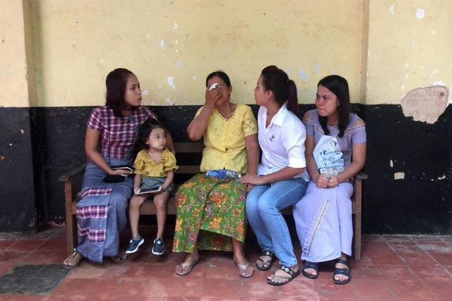 Familiares de los periodistas Wa Lone y Kyaw Soe Oo esperando el veredicto.
