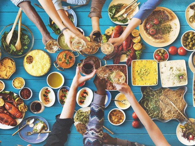 Dieta mediterránea, comiendo, brindis, brindando