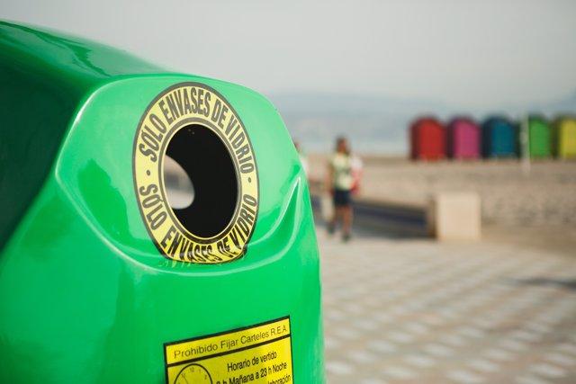 Contenedor verde de reciclaje de vidrio
