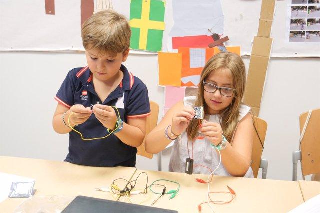Alumnos durante una de las sesiones para utilizar la microcomputadora Micro:bit