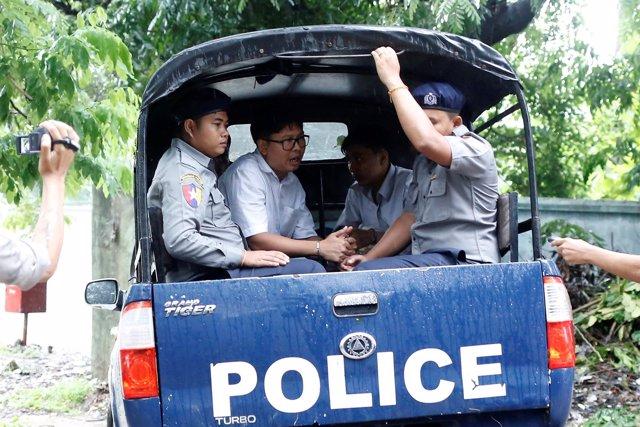 Los periodistas Wa Lone y Kyaw Soe Oo poco antes de entrar en el tribunal