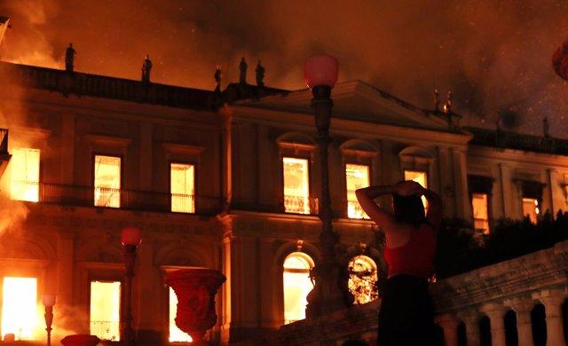 Las llamas devoran el Museo Nacional de Brasil en Río de Janeiro.