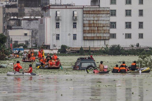 Los rescatadores trasladan en botes a la gente debido a las inundaciones, China