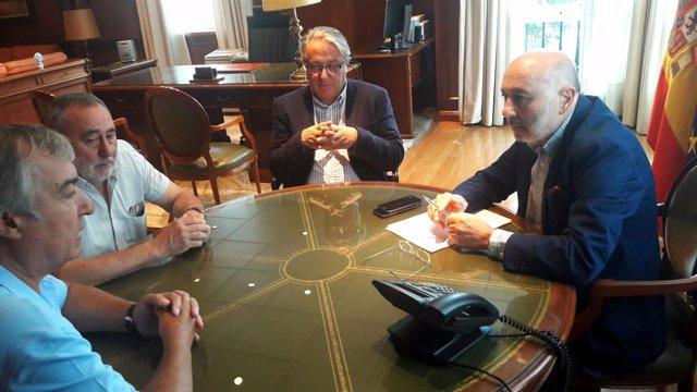 Javier Losada y extrabajadores de la fábrica de armas