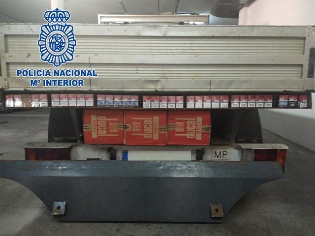 Tabaco de contrabando oculto en una camioneta