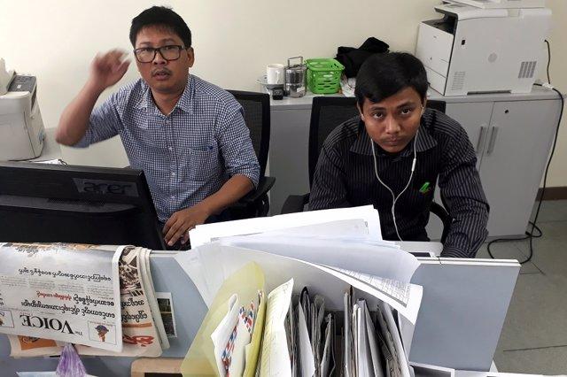 Los periodistas de Reuters Wa Lone (izquierda) y Kyaw Soe Oo (derecha) posan par