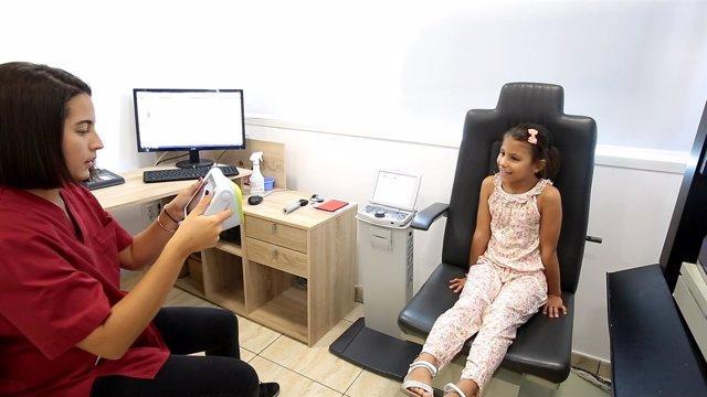 Una niña pasando un examen visual