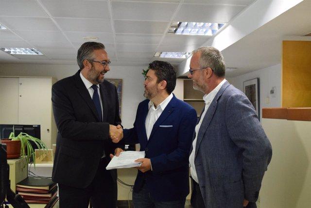 Víctor Martínez (PP), Miguel Sánchez (Cs) y Domingo Segado (PP) preseentan texto
