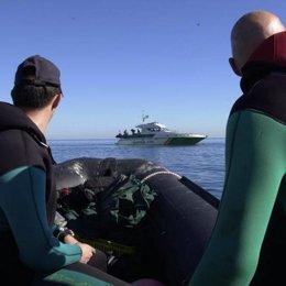 Efectivos De Guardia Civil Durante Una Búsqueda En El Mar