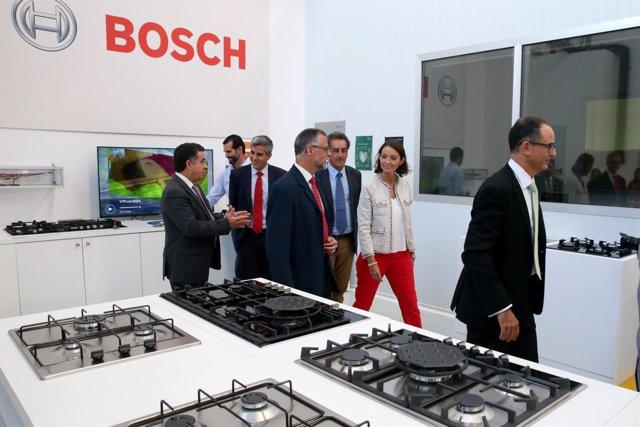 La ministra de Industria visita la fábrica BSH junto a Zuloaga y Martín