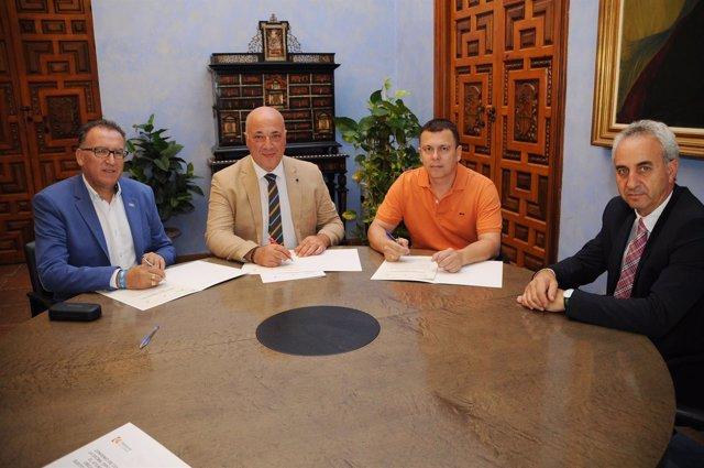 Antonio Ruiz (segundo por la izda.) firma el convenio