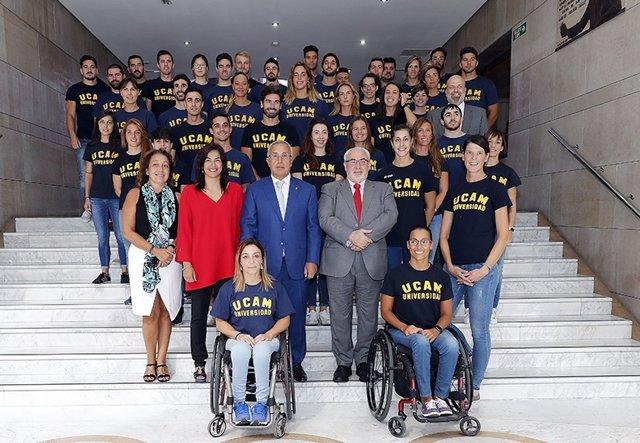 Alejandro Blanco y el presidente de la UCAM con los deportistas becados
