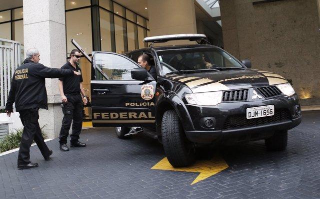 """Policía Federal de Brasil durante la """"Operación Autolavado"""" en São Paulo"""