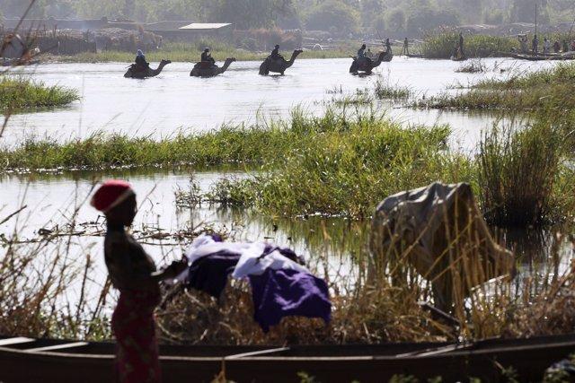 Hombres a camello cruzan el lago Chad en Ngouboua