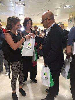 Fernández entrega material promocional sobre Jaén a pasajeros del aeropuerto.