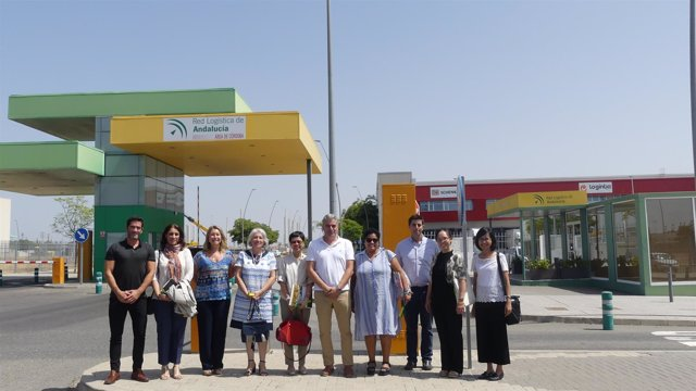 Autoridades durante su visita al parque logístico