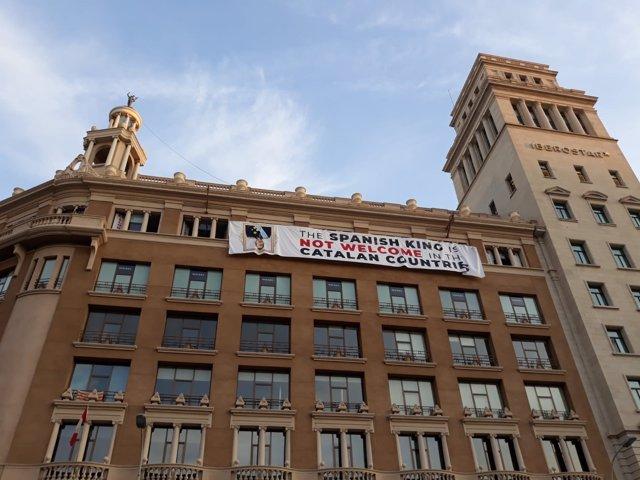 La pancarta colgada por unos activistas, con un mensaje contra el Rey en inglés