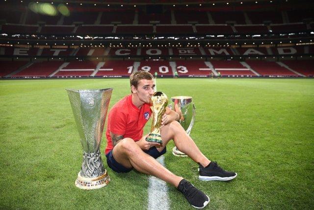 Griezmann con la Copa del Mundo, la Supercopa de Europa y la Liga Europa