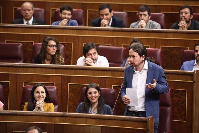 Pablo Iglesias y diputados de Unidos Podemos, en la sesión de control