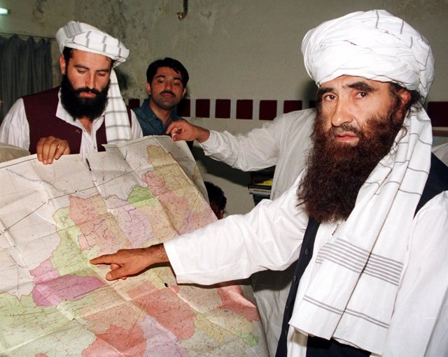 Jalaluddin Haqqani, fundador de la red Haqqani, señala un mapa