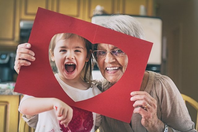 Emociones, abuela y nieta, corazón